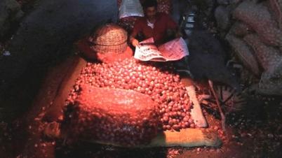 ঝিনাইদহে পিঁয়াজে আগুন, এক লাফে কেজি ২৮০টাকা