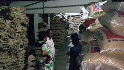 গাজীপুরে ৪০০ বস্তা সরকারি চাল জব্দ করেছে পুলিশ