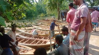 নওগাঁর আত্রাই উপজেলার ঐতিহ্যবাহি সমসপাড়ার নৌকার হাট জমে উঠেছে