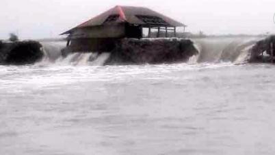 শ্যামনগরের গাবুরায় নদীরবাঁধ ভেঙে বহুগ্রাম প্লাবিত