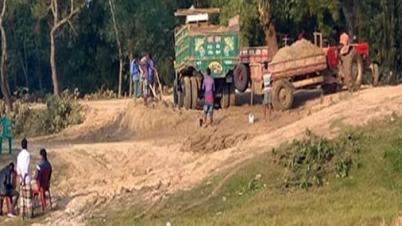 চুনারুঘাটে বালু বহনকারী ট্রাক্টরের চলাচলে দিশেহারা সাধারণ মানুষ