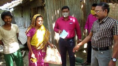 ঝিনাইদহে প্রতিবন্ধী শিক্ষার্থীদের মাঝে খাদ্যসামগ্রী বিতরণ