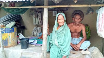 বাগমারায় এক যুগ ধরে ঘর নেই বৃদ্ধা আতেজান বেওয়ার