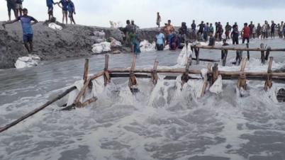 পানি আতঙ্কে রাত কাটে দ্বীপ জনপদ সাতক্ষীরার গাবুরাবাসীর