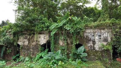 ঠাকুরগাঁওয়ে শতবর্ষী ভবনটি ঝুকিপুর্ন, আতংকে এলাকাবাসী