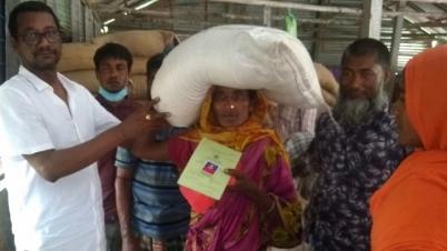 বকশিগঞ্জে গরিব হতদরিদ্র পরিবারের মাঝে ভি জি ডি চাল বিতরণ