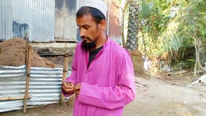 বেঁচে থাকার লাড়াইয়ে ক্লান্ত অন্ধ আব্দুর রহমান