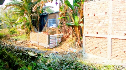 দোয়ারায় খাস ভূমি দখল করে দোকানের স্থায়ী ভবন নির্মাণ