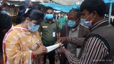 দিনাজপুরের নবাবগঞ্জে মাস্ক ব্যবহার না করায় জরিমানা