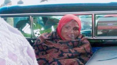 নবাবগঞ্জে নৈশকোচ থেকে অস্ত্রসহ নারী ডাকাত আটক