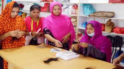 আটকে গেছে নবাবগঞ্জে গ্রামের নারীদের তৈরী করা হেয়ার ক্যাপ