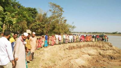 সুরমা নদীর ভাঙন রোধে মাছিমপুর গ্রামবাসীর মানববন্ধন