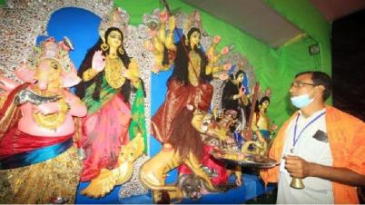 রাজশাহীতে দেবী বোধনের মধ্য দিয়ে শুরু হয়েছে দূর্গোৎসব