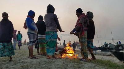 ঘন কুয়াশা আর তীব্র শীতে কাপছে লালমনিরহাট