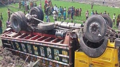 গাইবান্ধায় রড বোঝাই ট্রাক উল্টে ১৩ জনের মৃত্যু